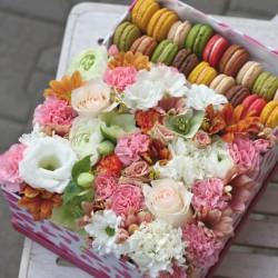 Подарункова скринька з квітами та макаронсами
